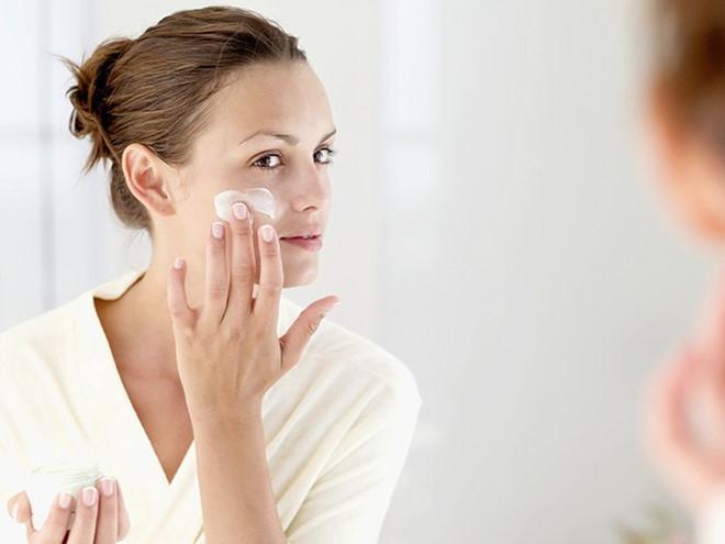 Khuôn mặt trong mịn như sương với 4 cách sử dụng dầu dưỡng da hiệu quả - Ảnh 3
