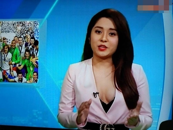 MC Diệu Linh khoe ngực khi dẫn bản tin bóng đá, ngoài đời còn mặc sexy hơn - Ảnh 2