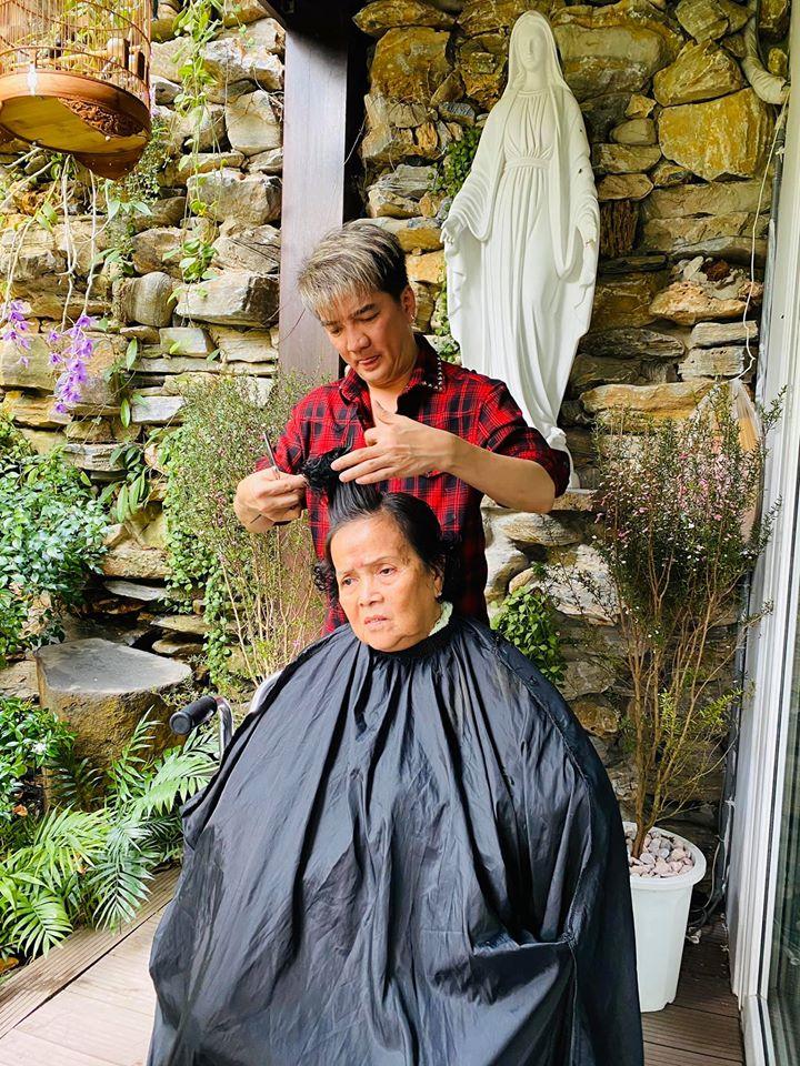 Đàm Vĩnh Hưng tự tay cắt tóc làm đẹp cho mẹ già, dân mạng xúc động - Ảnh 1