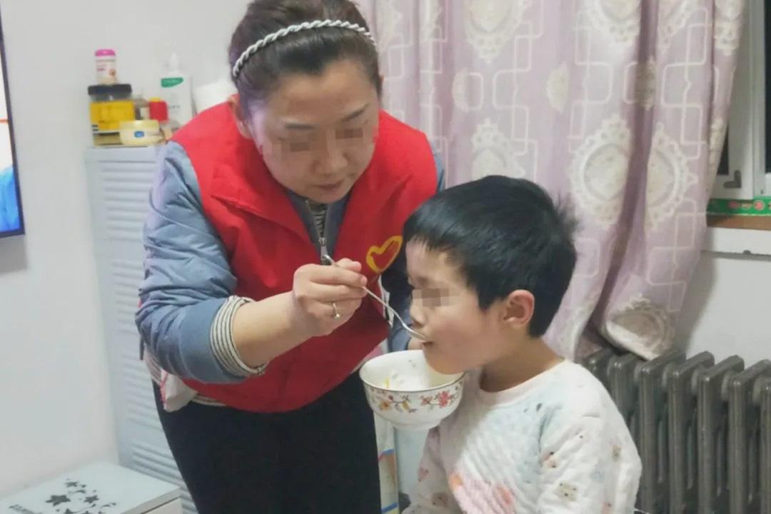 Ông nội đột ngột qua đời, cháu trai 6 tuổi ăn bánh quy và sống bên cạnh thi thể suốt 3 ngày vì nghe lời ông căn dặn - Ảnh 2
