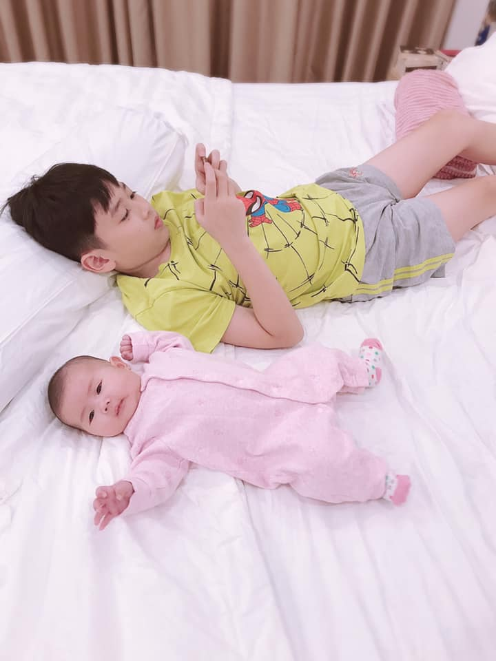 Hơn 1 tháng tuổi, con gái Thân Thúy Hà được mẹ sắm cả tủ đồ 'mặc mãi không hết' - Ảnh 4