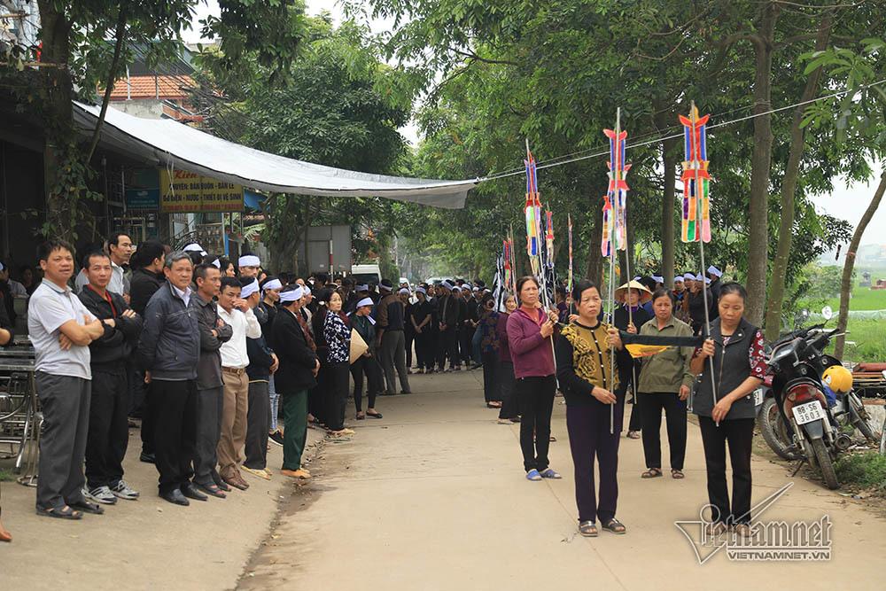 Tai nạn 7 người chết: Đại tang cả thôn, khăn trắng phủ kín đường làng - Ảnh 2