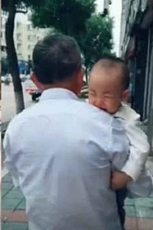 Về ngoại để cai sữa, vài tuần sau bé trai kiên quyết 'tuyệt tình' với mẹ khiến dân mạng cười nghiêng ngả - Ảnh 5