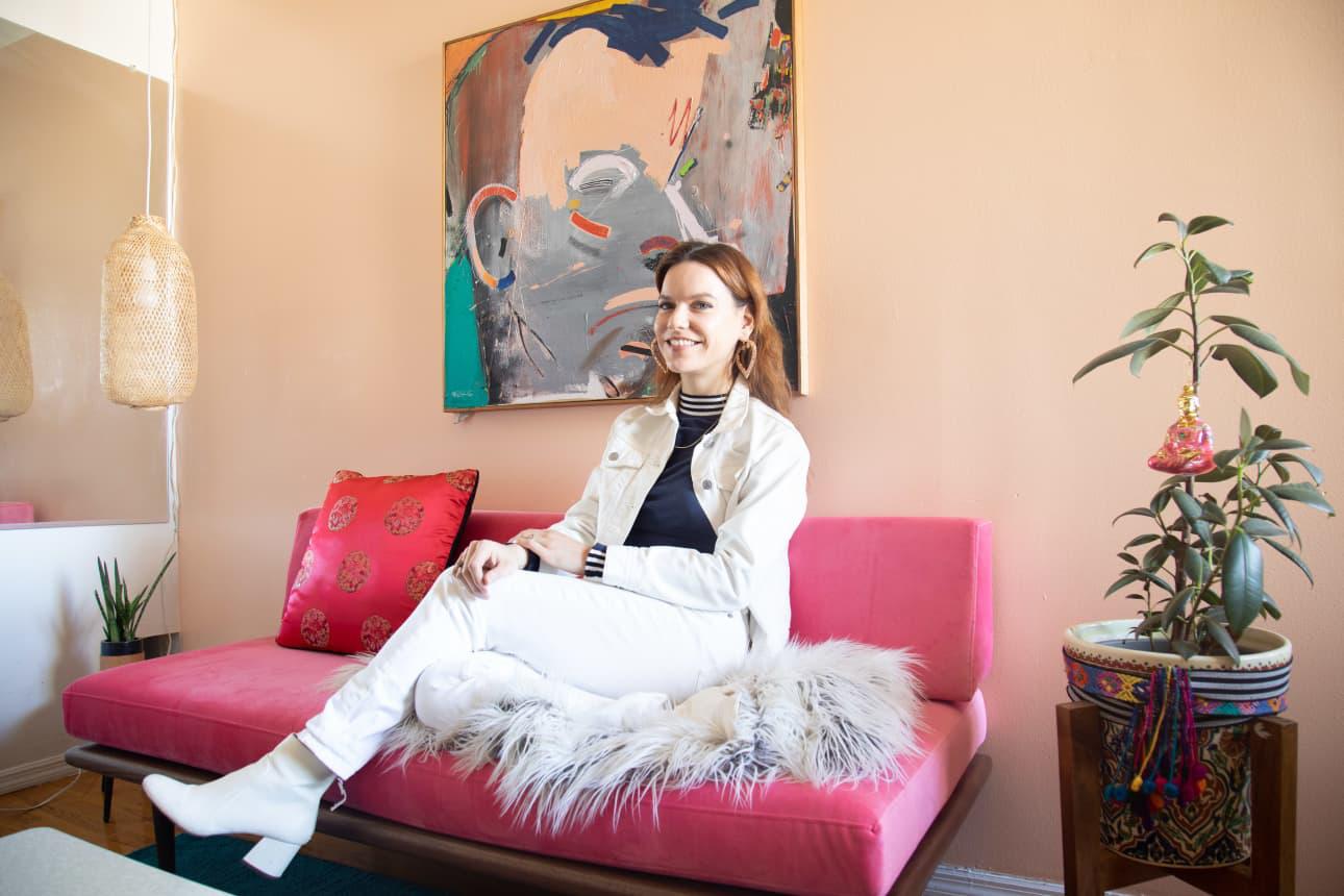 Căn hộ nhỏ 37m² sử dụng những màu sắc đáng kinh ngạc trong trang trí nội thất - Ảnh 1