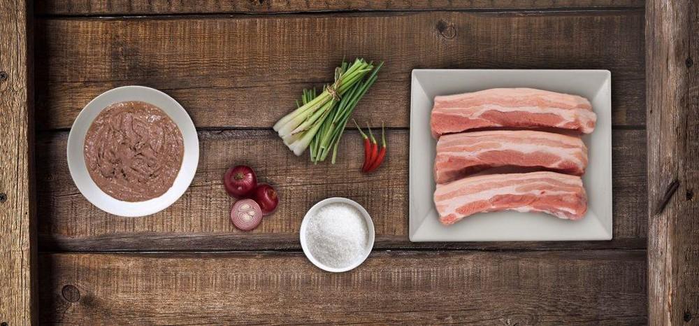 Cách làm món thịt ba chỉ kho mắm ruốc sả béo ngậy hấp dẫn lòng người - Ảnh 1
