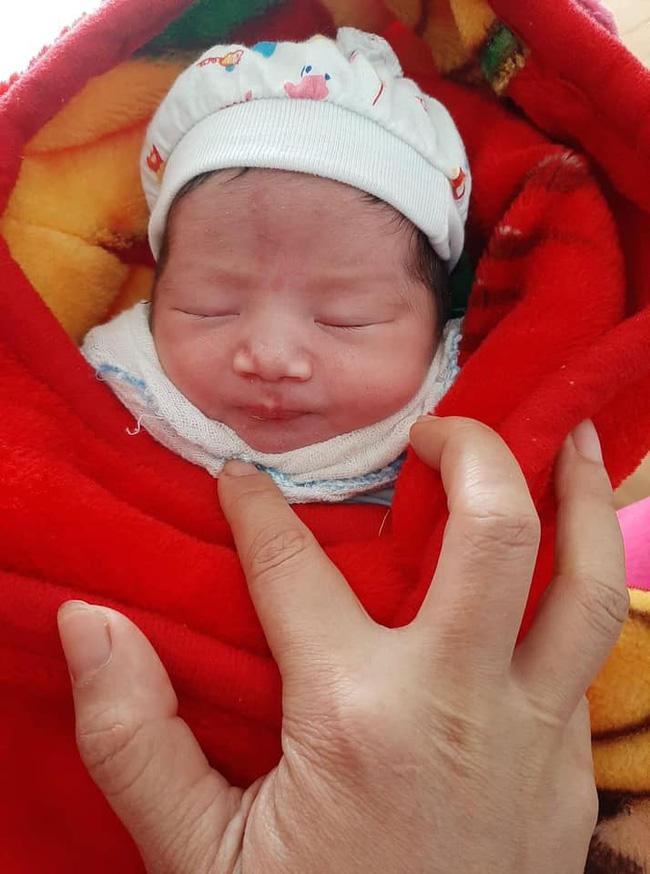 Yên Bái: Người dân phát hiện bé gái sơ sinh còn nguyên dây rốn bị bỏ rơi trong nhà nghỉ - Ảnh 1