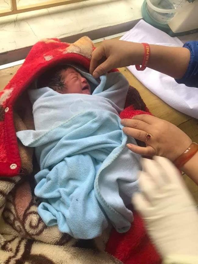 Yên Bái: Người dân phát hiện bé gái sơ sinh còn nguyên dây rốn bị bỏ rơi trong nhà nghỉ - Ảnh 2