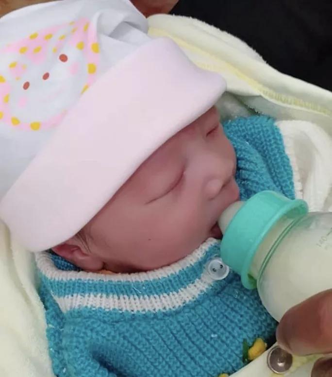 Yên Bái: Người dân phát hiện bé gái sơ sinh còn nguyên dây rốn bị bỏ rơi trong nhà nghỉ - Ảnh 3