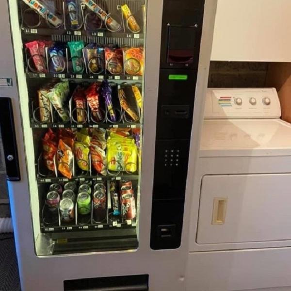 Mua máy bán hàng tự động về nhà để dạy con cách tiêu tiền - Ảnh 1