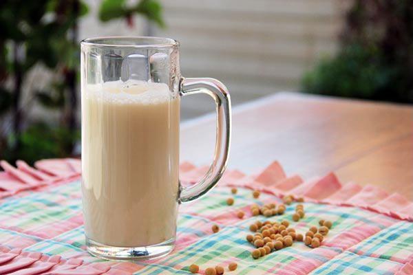 Công dụng tuyệt vời từ sữa đậu nành, phái đẹp nên biết - Ảnh 1