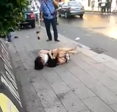 Clip hai cô gái đánh nhau, lột sạch đồ lót ngoài đường gây tranh cãi - Ảnh 1