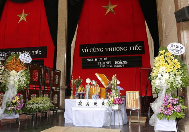 Vợ Thanh Hoàng khóc ngất trong tang lễ của chồng, nhiều nghệ sĩ đến động viên - Ảnh 1