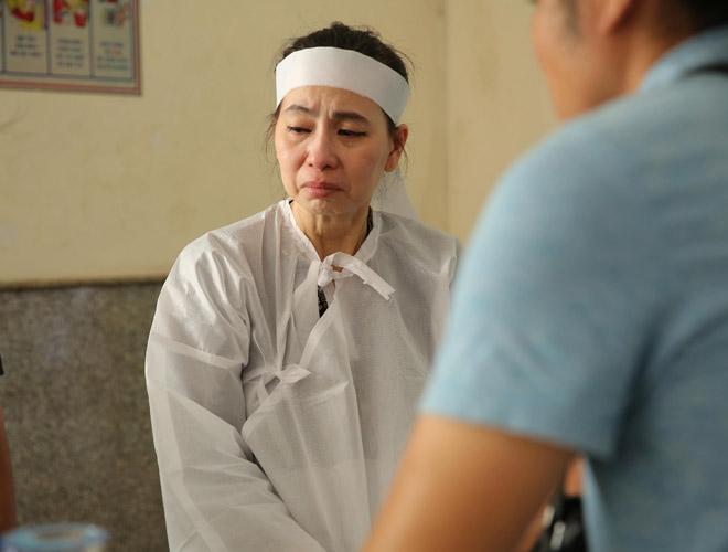 Vợ Thanh Hoàng khóc ngất trong tang lễ của chồng, nhiều nghệ sĩ đến động viên - Ảnh 2