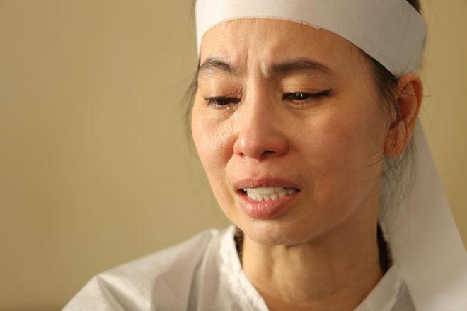 Vợ Thanh Hoàng khóc ngất trong tang lễ của chồng, nhiều nghệ sĩ đến động viên - Ảnh 3