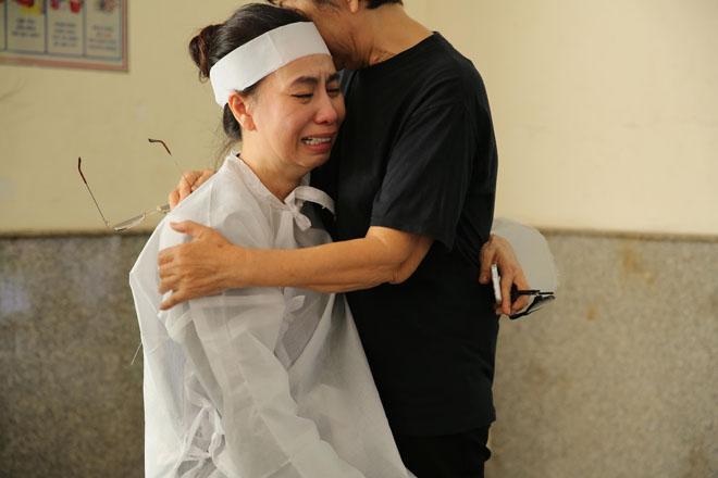 Vợ Thanh Hoàng khóc ngất trong tang lễ của chồng, nhiều nghệ sĩ đến động viên - Ảnh 4