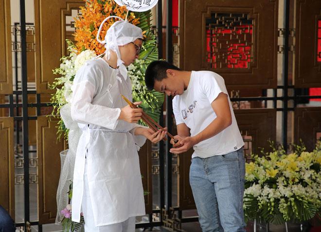 Vợ Thanh Hoàng khóc ngất trong tang lễ của chồng, nhiều nghệ sĩ đến động viên - Ảnh 5