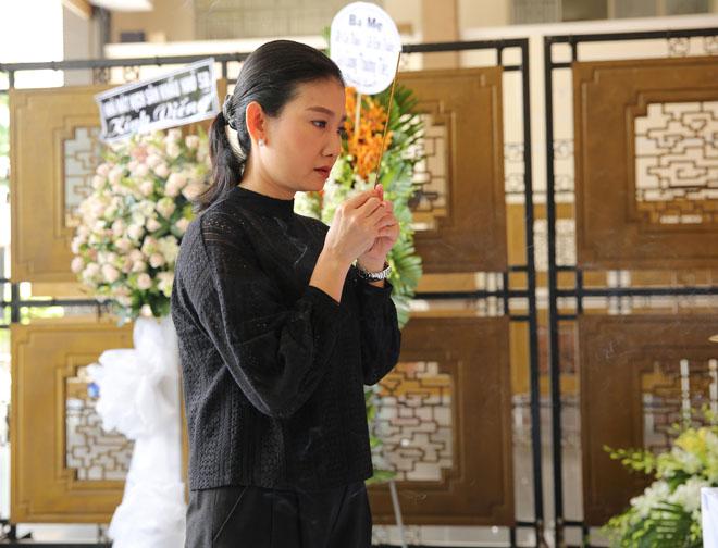 Vợ Thanh Hoàng khóc ngất trong tang lễ của chồng, nhiều nghệ sĩ đến động viên - Ảnh 6