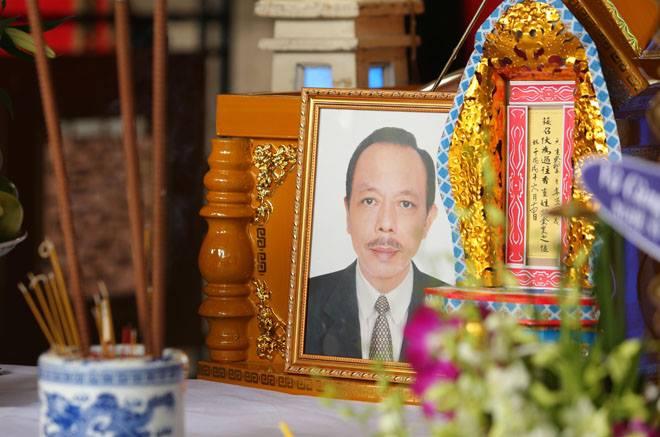 Vợ Thanh Hoàng khóc ngất trong tang lễ của chồng, nhiều nghệ sĩ đến động viên - Ảnh 9