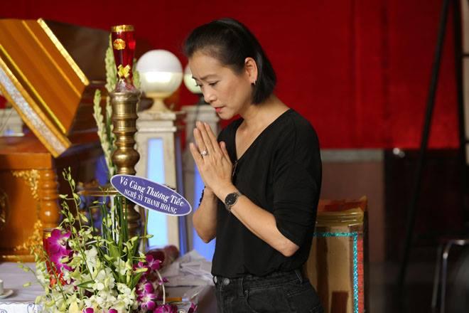 Vợ Thanh Hoàng khóc ngất trong tang lễ của chồng, nhiều nghệ sĩ đến động viên - Ảnh 10