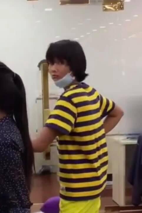 Góc đáng yêu: Hoa hậu H'hen Niê diện đồ 'ong vàng', đeo khẩu trang chạy khắp công ty vì sợ lộ mặt mộc - Ảnh 1