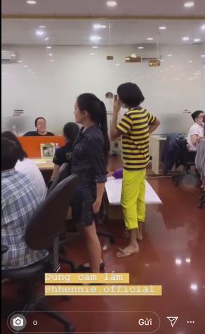 Góc đáng yêu: Hoa hậu H'hen Niê diện đồ 'ong vàng', đeo khẩu trang chạy khắp công ty vì sợ lộ mặt mộc - Ảnh 3