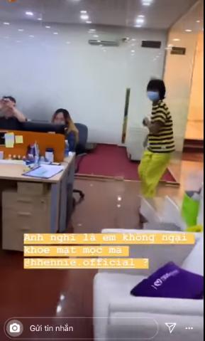 Góc đáng yêu: Hoa hậu H'hen Niê diện đồ 'ong vàng', đeo khẩu trang chạy khắp công ty vì sợ lộ mặt mộc - Ảnh 4