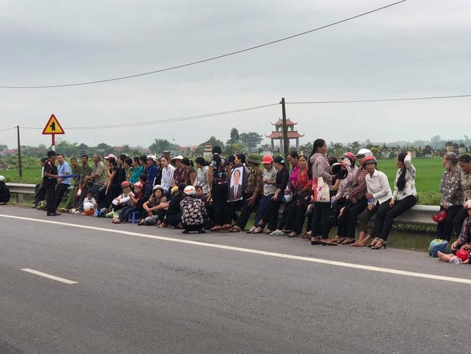 Linh xa Chủ tịch nước Trần Đại Quang về tới quê nhà - Ảnh 5