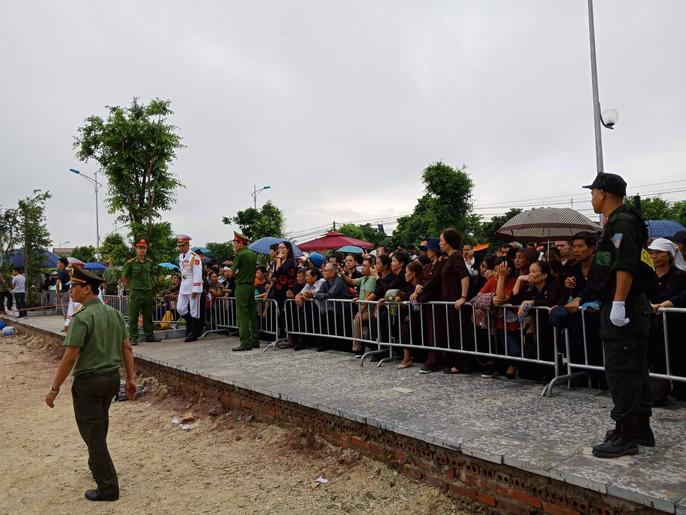 Linh xa Chủ tịch nước Trần Đại Quang về tới quê nhà - Ảnh 6
