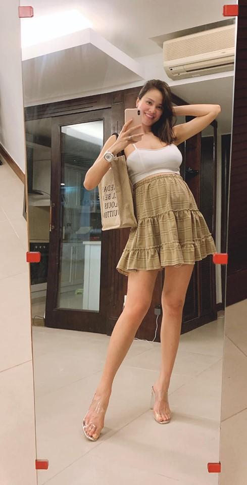 Bụng bầu vượt mặt, 'MC gợi cảm' Phương Mai vẫn diện váy hai dây, đi cao gót đẹp hút mắt - Ảnh 1