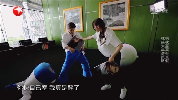 Những cảnh phản cảm của giới nghệ sĩ trên sóng truyền hình Trung Quốc - Ảnh 6