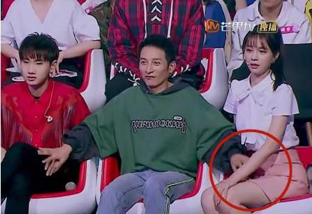 Những cảnh phản cảm của giới nghệ sĩ trên sóng truyền hình Trung Quốc - Ảnh 7