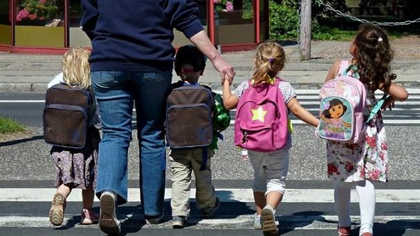 Bé trai 6 tuổi ở Hà Nội nguy kịch vì nghịch vòng dây nhựa và cách dạy trẻ tự đến trường an toàn - Ảnh 3