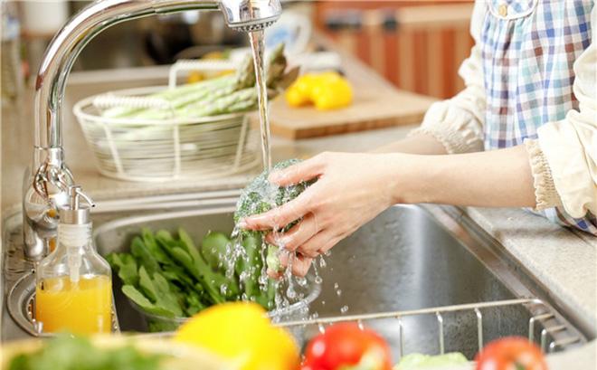 Chẳng còn lo ăn phải rau củ quả chứa thuốc trừ sâu nhờ những cách đơn giản giúp loại bỏ hoàn toàn hóa chất này - Ảnh 1