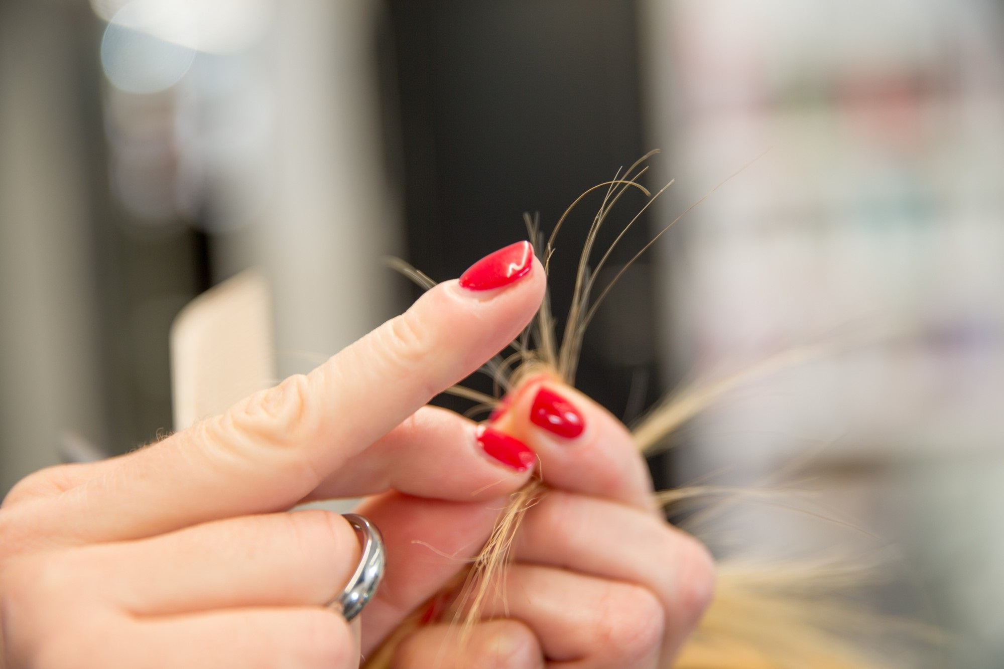 Mùa này tóc rất dễ chẻ ngọn nên hãy làm ngay những điều sau để có mái tóc đẹp - Ảnh 1