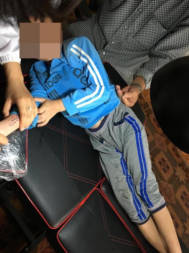 Ông đưa cháu trai 8 tuổi đi xăm hình lên tay, nghe xong lý do ai cũng rơi nước mắt cảm động - Ảnh 2