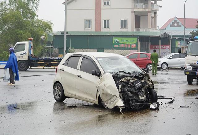 Va chạm xe tải, 3 người trong gia đình bị thương nặng - Ảnh 1