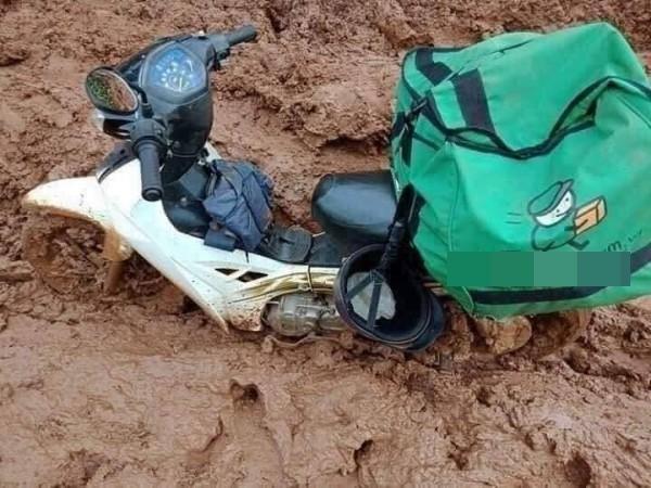 Thanh niên giao hàng ăn vội mì tôm sống, nhìn chiếc xe ngập ngụa bùn đất càng thêm xót xa - Ảnh 2