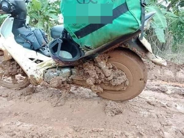 Thanh niên giao hàng ăn vội mì tôm sống, nhìn chiếc xe ngập ngụa bùn đất càng thêm xót xa - Ảnh 3
