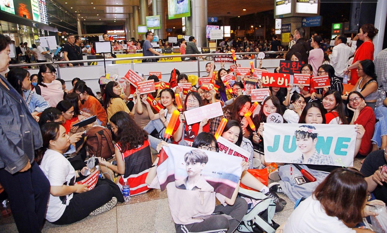 iKON xuất hiện chớp nhoáng tại sân bay Tân Sơn nhất, cực sang chảnh giữa biển người hâm mộ   - Ảnh 1