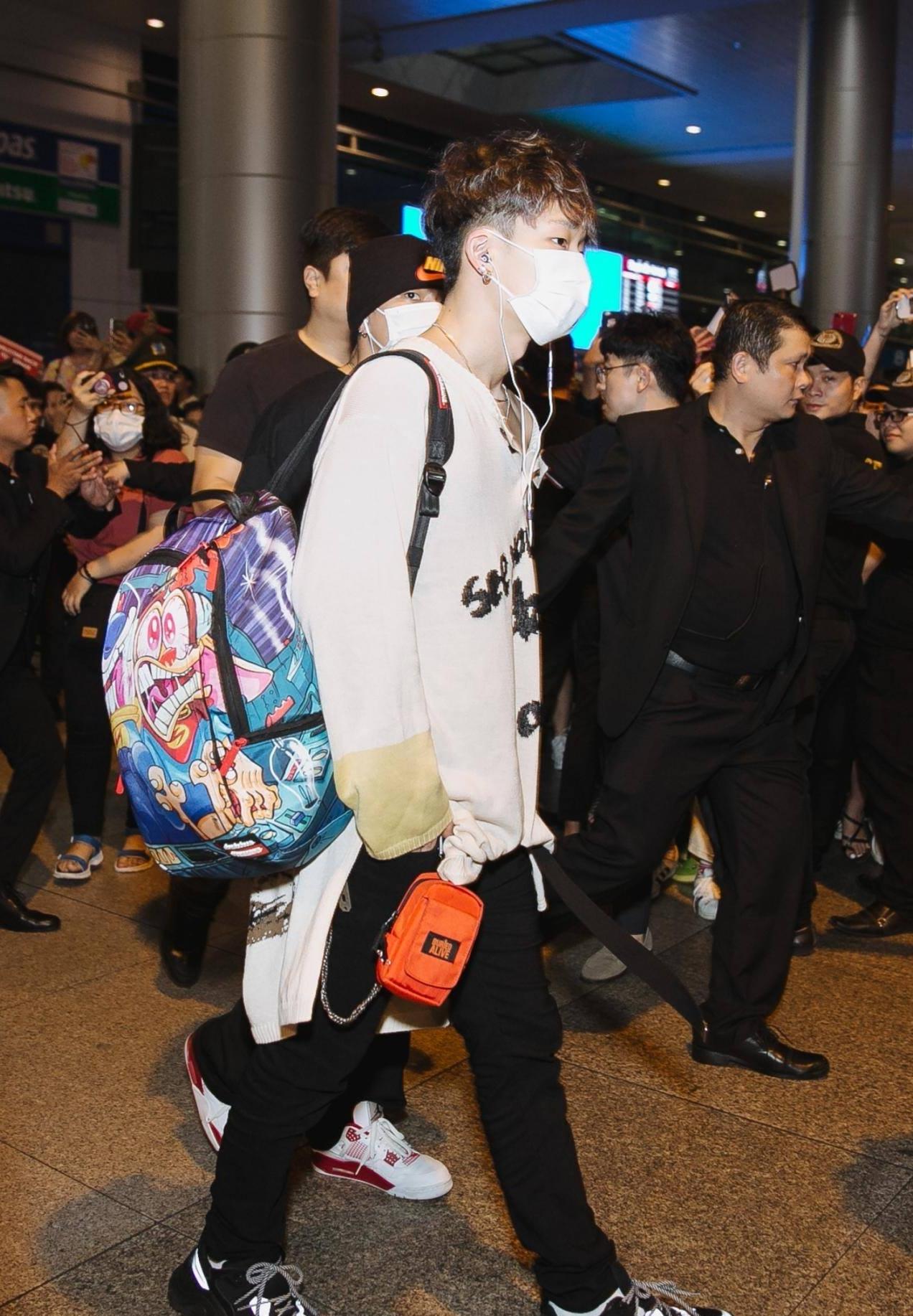 iKON xuất hiện chớp nhoáng tại sân bay Tân Sơn nhất, cực sang chảnh giữa biển người hâm mộ   - Ảnh 12