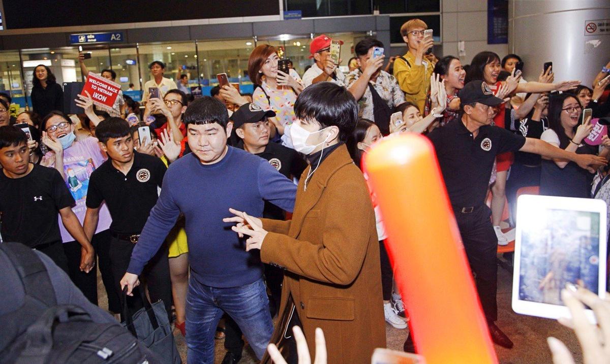 iKON xuất hiện chớp nhoáng tại sân bay Tân Sơn nhất, cực sang chảnh giữa biển người hâm mộ   - Ảnh 16