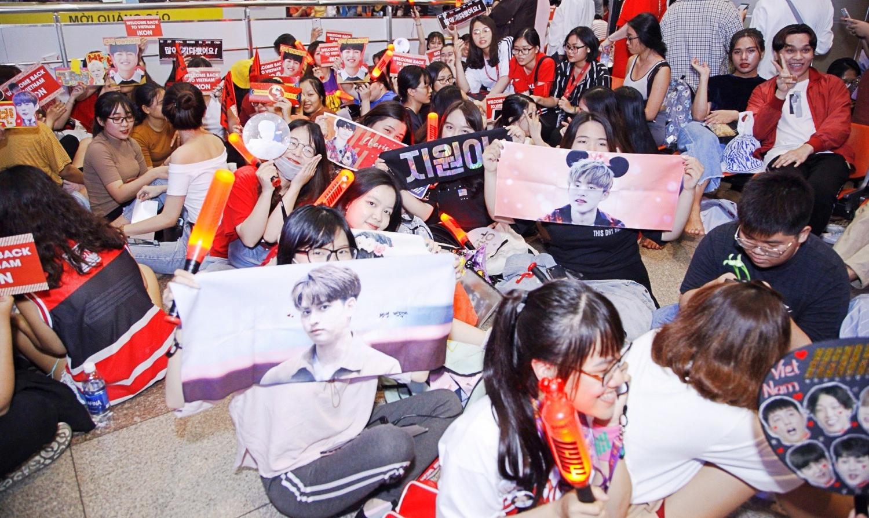 iKON xuất hiện chớp nhoáng tại sân bay Tân Sơn nhất, cực sang chảnh giữa biển người hâm mộ   - Ảnh 2