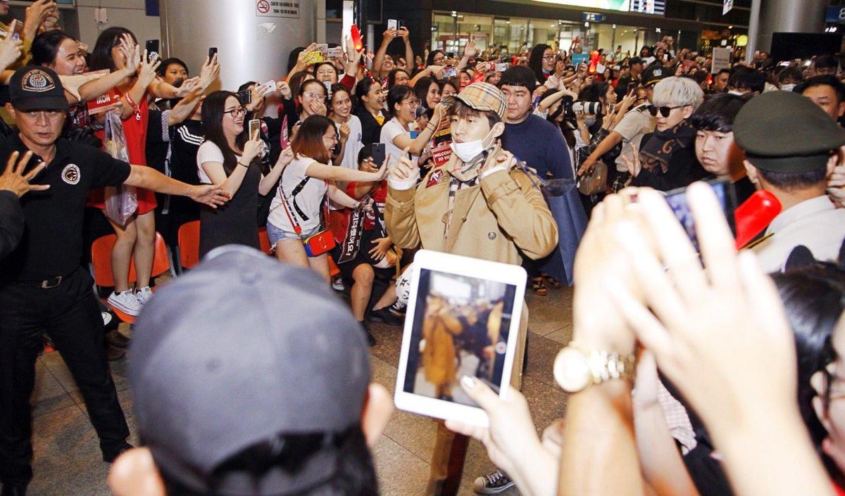 iKON xuất hiện chớp nhoáng tại sân bay Tân Sơn nhất, cực sang chảnh giữa biển người hâm mộ   - Ảnh 17