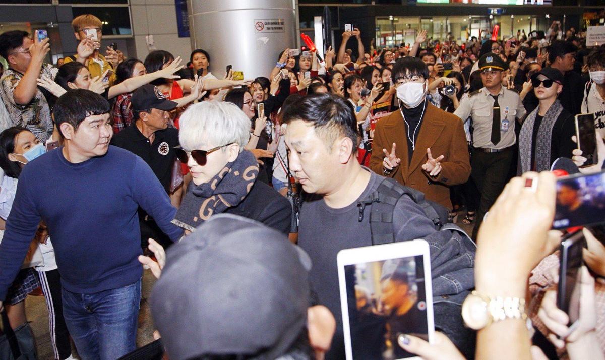 iKON xuất hiện chớp nhoáng tại sân bay Tân Sơn nhất, cực sang chảnh giữa biển người hâm mộ   - Ảnh 18