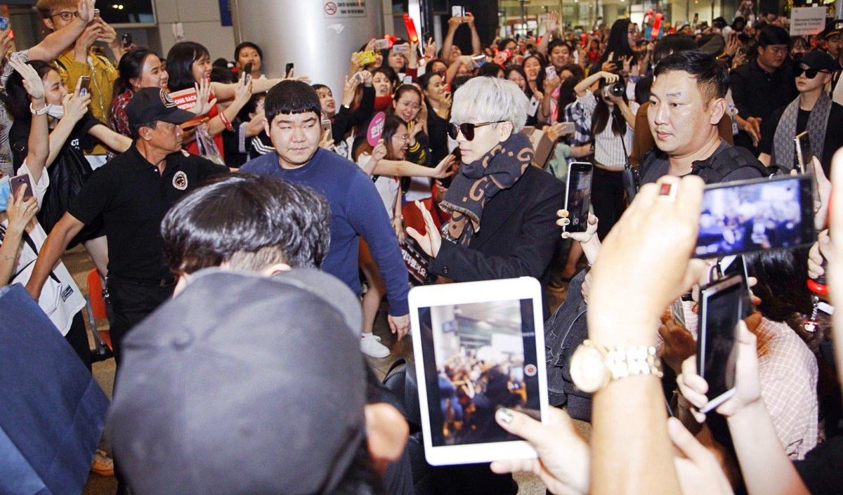 iKON xuất hiện chớp nhoáng tại sân bay Tân Sơn nhất, cực sang chảnh giữa biển người hâm mộ   - Ảnh 19