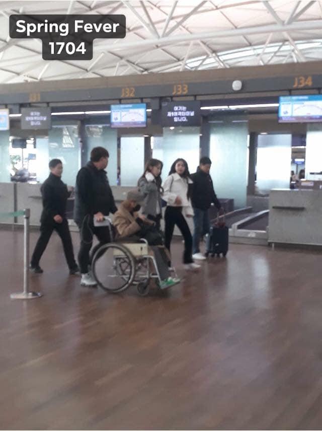 iKON xuất hiện chớp nhoáng tại sân bay Tân Sơn nhất, cực sang chảnh giữa biển người hâm mộ   - Ảnh 20