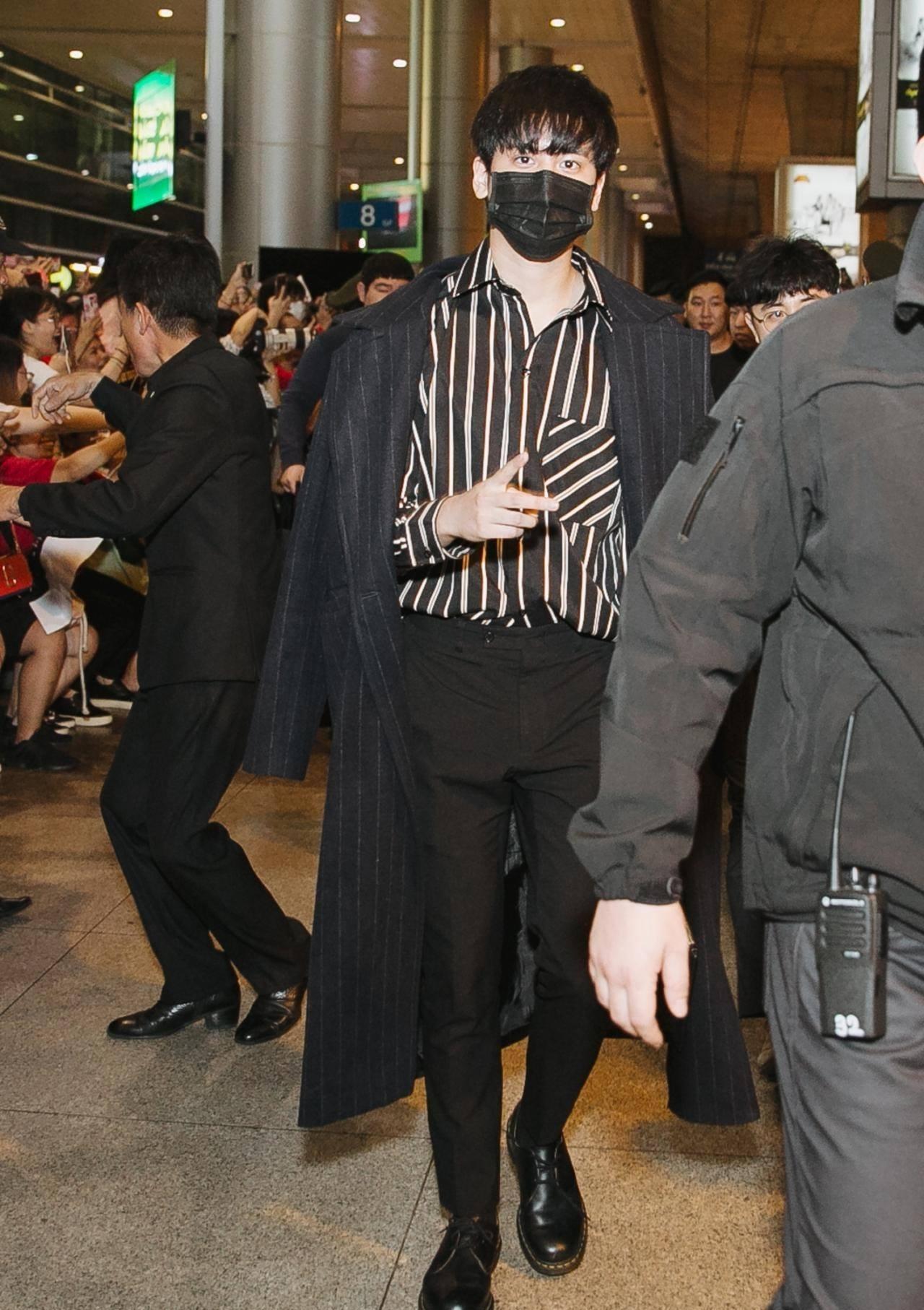 iKON xuất hiện chớp nhoáng tại sân bay Tân Sơn nhất, cực sang chảnh giữa biển người hâm mộ   - Ảnh 4