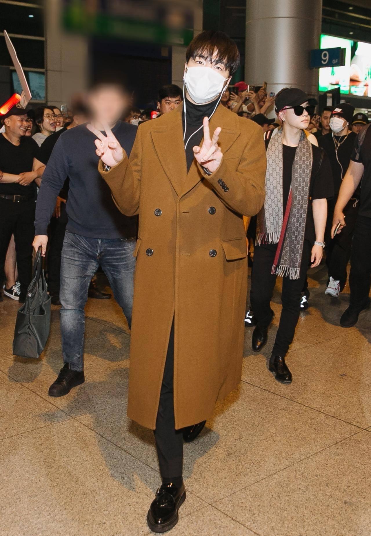 iKON xuất hiện chớp nhoáng tại sân bay Tân Sơn nhất, cực sang chảnh giữa biển người hâm mộ   - Ảnh 5