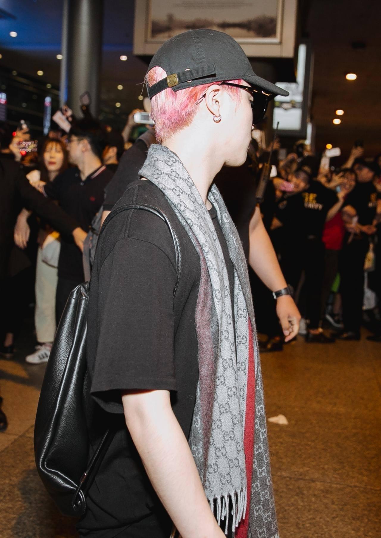 iKON xuất hiện chớp nhoáng tại sân bay Tân Sơn nhất, cực sang chảnh giữa biển người hâm mộ   - Ảnh 7