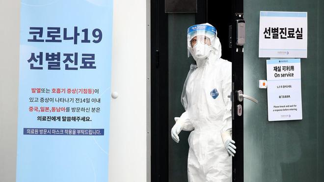 Cô gái Hàn Quốc nhiễm virus corona nhổ nước bọt vào nhân viên y tế khi được đưa đến bệnh viện - Ảnh 1